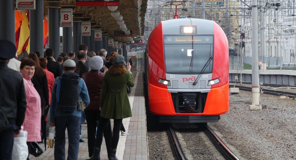 Pociąg pośpieszny Jaskółka na Dworcu Kurskim w Moskwie