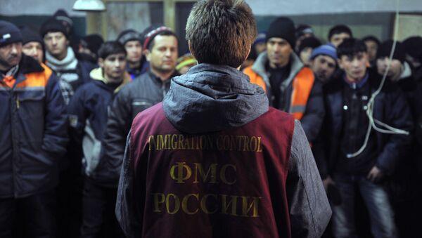 Migranci zatrzymani przez pracownika urzędu migracyjnego - Sputnik Polska