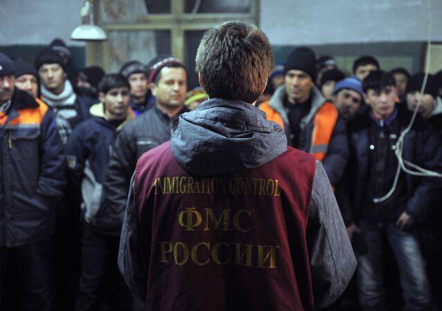 Migranci zatrzymani przez pracownika urzędu migracyjnego