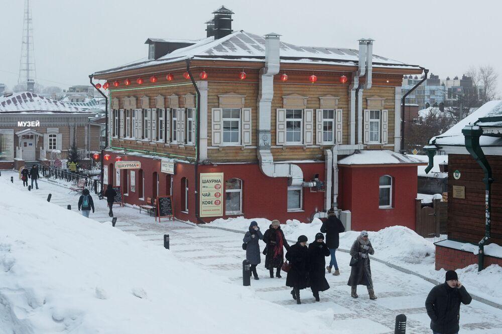 W obwodzie irkuckim (66 km od miasta) znajduje się jezioro Bajkał.