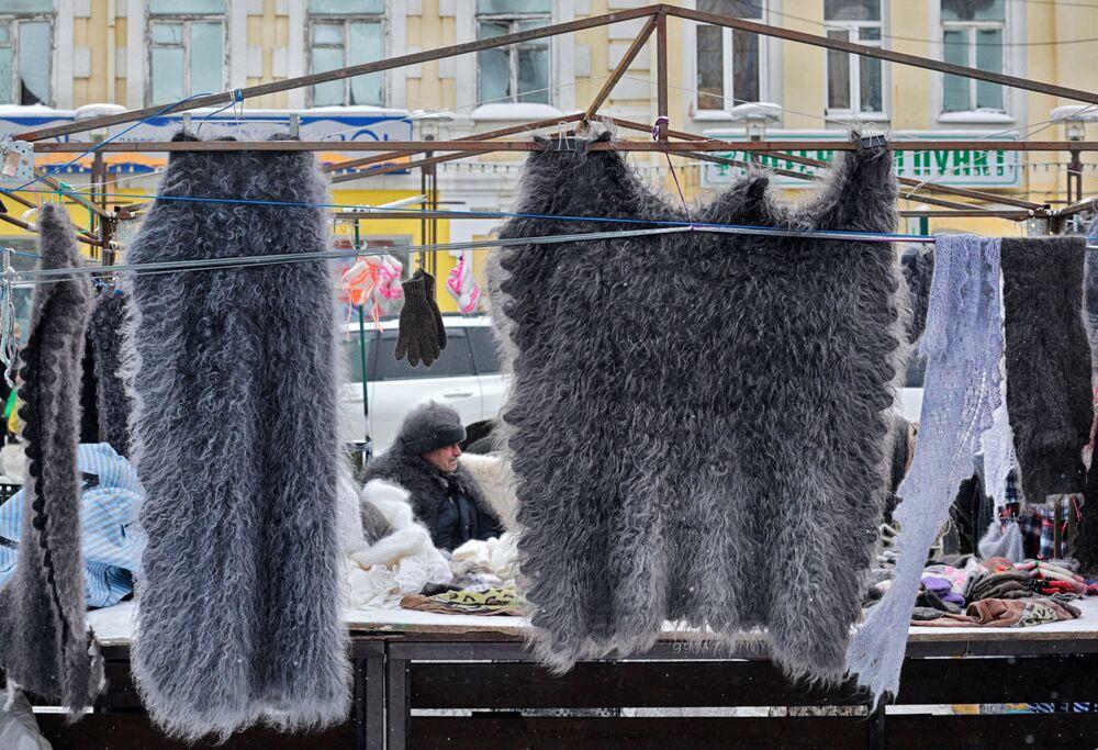 Sprzedaż wyrobów z koziej wełny w centrum Irkucka.