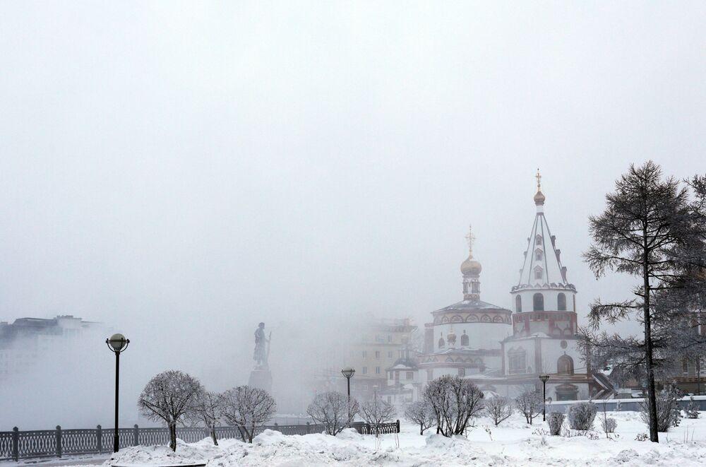 W Irkucku panuje klimat kontynentalny, dlatego różnica między temperaturą latem i zimą może przewyższać 70°C.