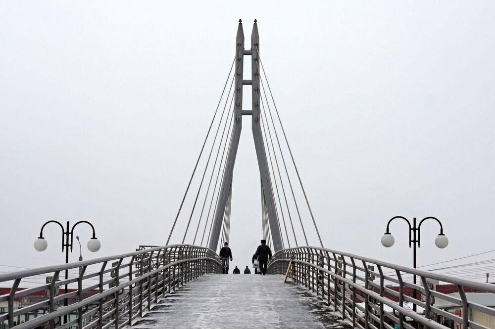 Wiszący most nad rzeką Angarą.