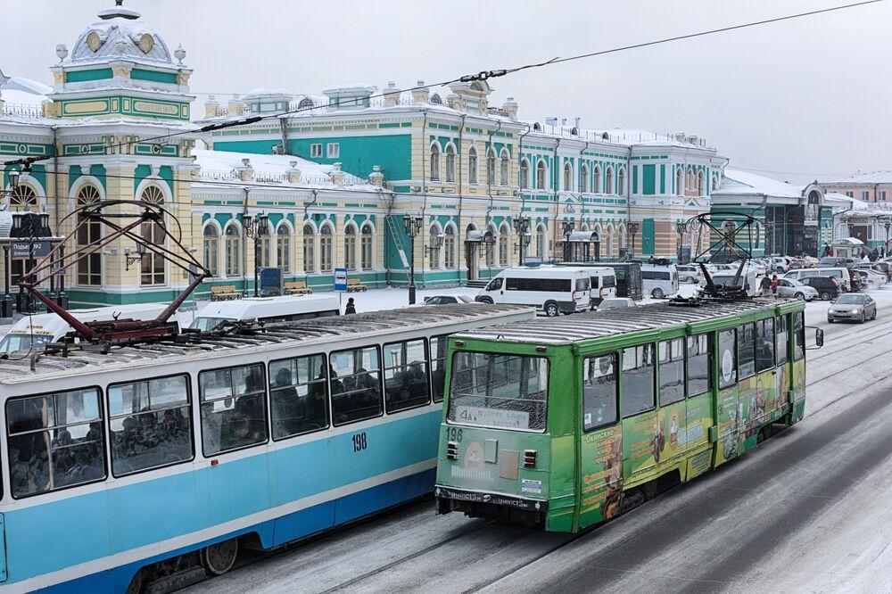 Plac przy dworcu kolejowym w Irkucku.