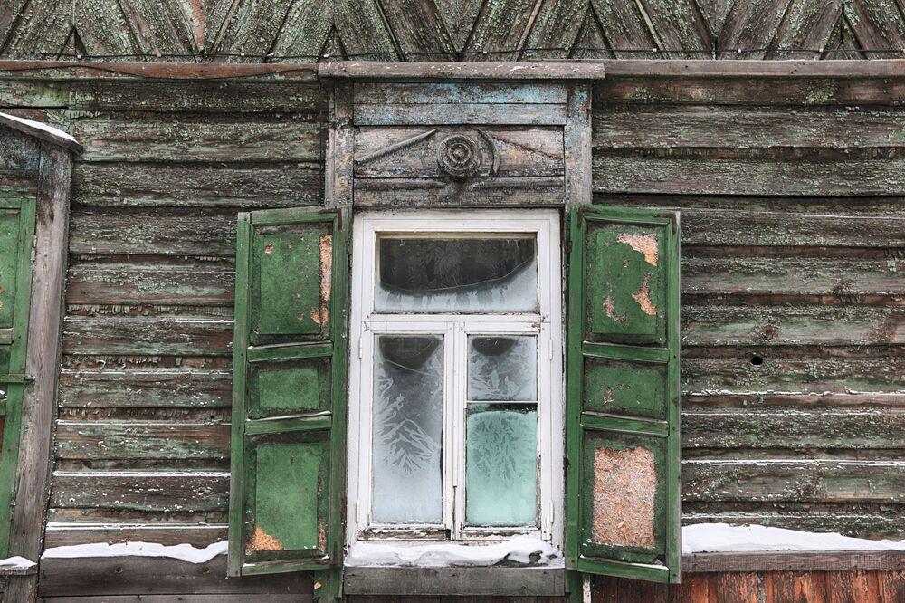 Okno z okiennicami w zabytkowej, drewnianej części centrum Irkucka.
