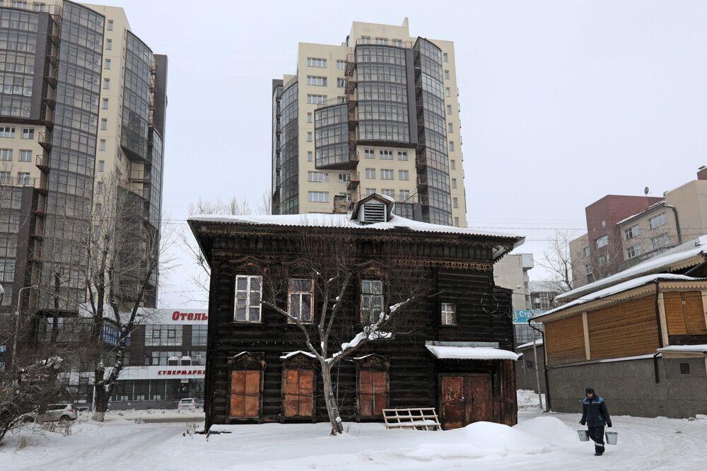 Zabytkowa, drewniana część centrum Irkucka.