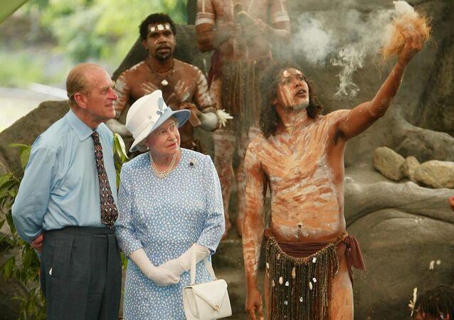 Królowa Elżbieta i książę Filip obserwują obrzędy Aborygenów
