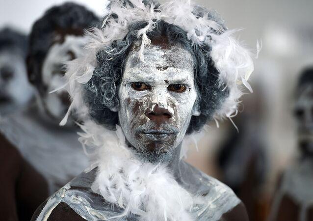 Mężczyzna w tradycyjnym stroju australijskich Aborygenów
