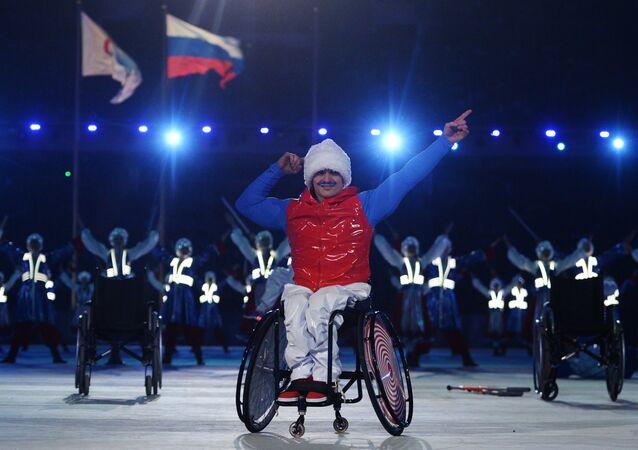 Paraolimpijczyk podczas zamknięcia Igrzysk Paraolimpijskich w Soczi