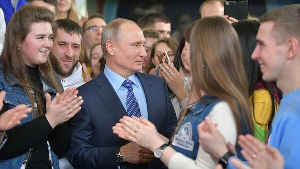 Prezydent Rosji Władimir Putin podczas spotkania z wolontariuszami w sztabie wyborczym w Moskwie - Sputnik Polska