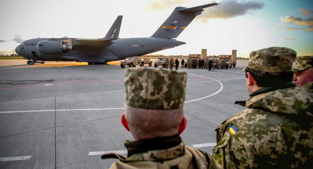 Prezydent Ukrainy Petro Poroszenko na lotnisku we Lwowie podczas ceremonii przekazania ukraińskim wojskowym amerykańskich systemów AN/TPQ-36