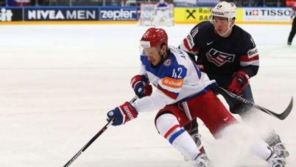 Reprezentant Rosji w hokeja Artem Anisomov (z lewej) i reprezentant USA Jimmy Vesey - Sputnik Polska