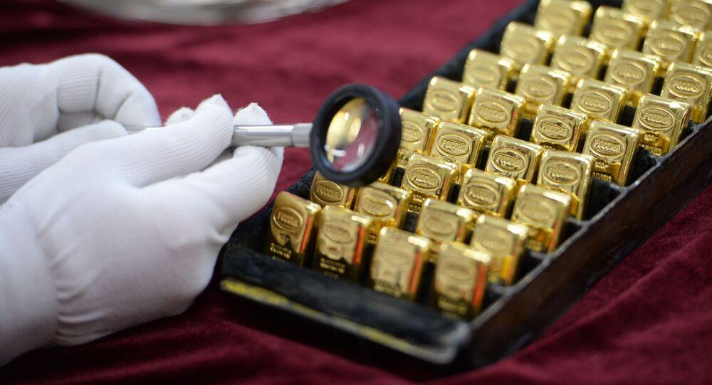 Pracownik ogląda sztabki złota wyprodukowane w Jekaterynburskim Zakładzie Przetwórstwa Metalów Kolorowych