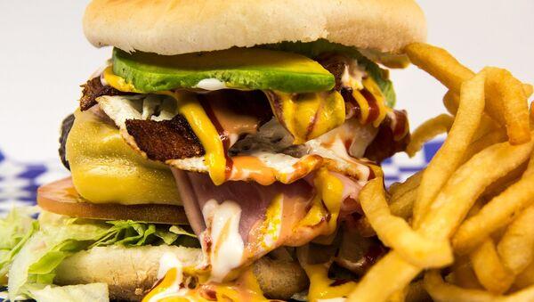 Hamburger z frytkami - Sputnik Polska