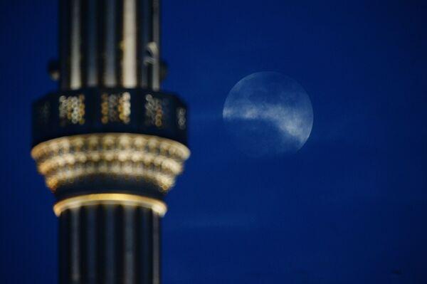 Superksiężyc w stolicy Czeczenii Groznym, Rosja - Sputnik Polska