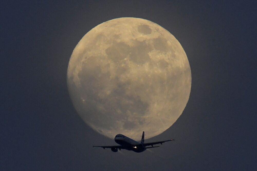 Samolot z Superksiężycem w tle nad Londynem