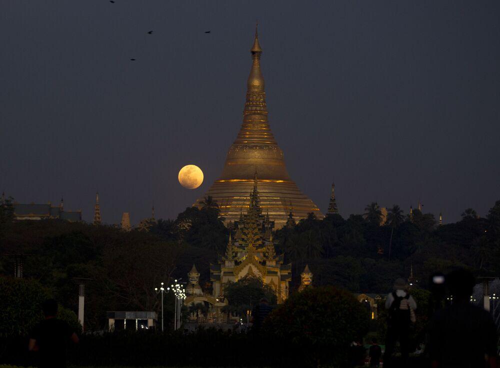Pełnia nad pagodą Szwedagon w Mjanmie