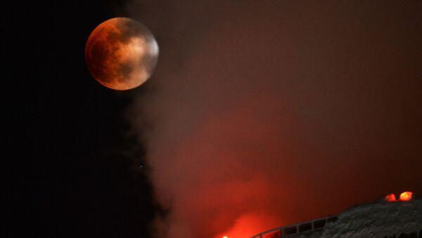 Częściowe zaćmienie Superksiężyca w Nowosybirsku, 31 stycznia 2018 - Sputnik Polska