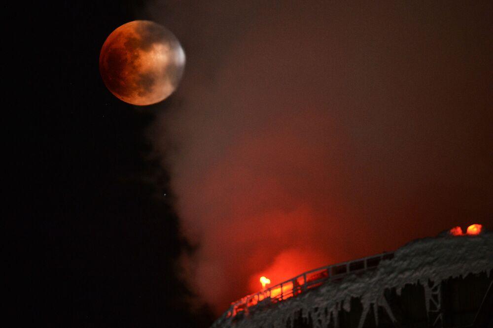 Częściowe zaćmienie Superksiężyca w Nowosybirsku