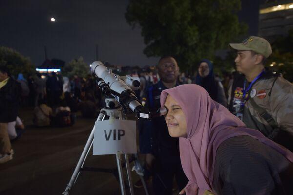 Kobieta obserwuje zaćmienie Superksiężyca w Indonezji - Sputnik Polska
