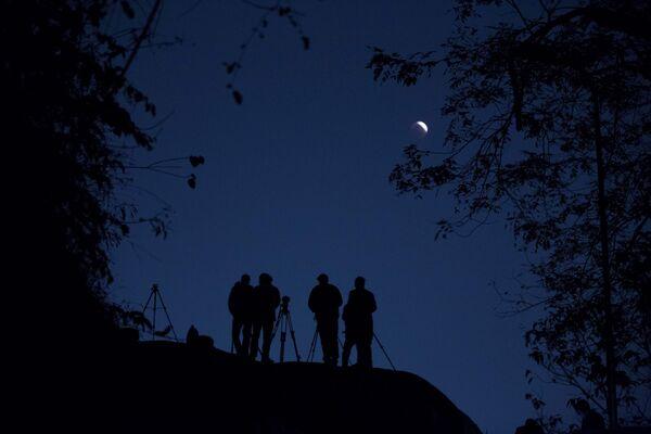 Ludzie obserwują zaćmienie Księżyca w Gauhati, Indie - Sputnik Polska