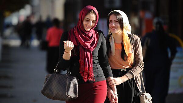 Młode kobiety na jednego z ulic w Groznym - Sputnik Polska