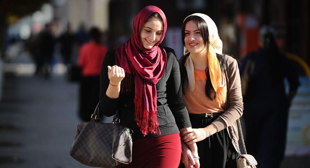 Młode kobiety na jednego z ulic w Groznym
