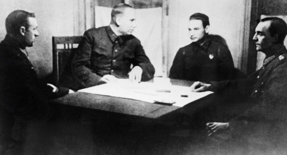 Gen. płk artylerii Nikołaj Woronow i dowódca Frontu Dońskiego generał porucznik Konstanty Rokossowski przesłuchują feldmarszałka Friedricha Paulusa w sztabie Frontu Dońskiego po Bitwie pod Staliningradem.
