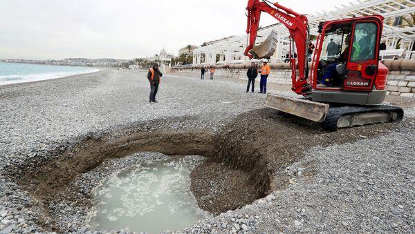 Lej o średnicy pięciu i głębokość dwóch metrów na plaży w Nicei - Sputnik Polska