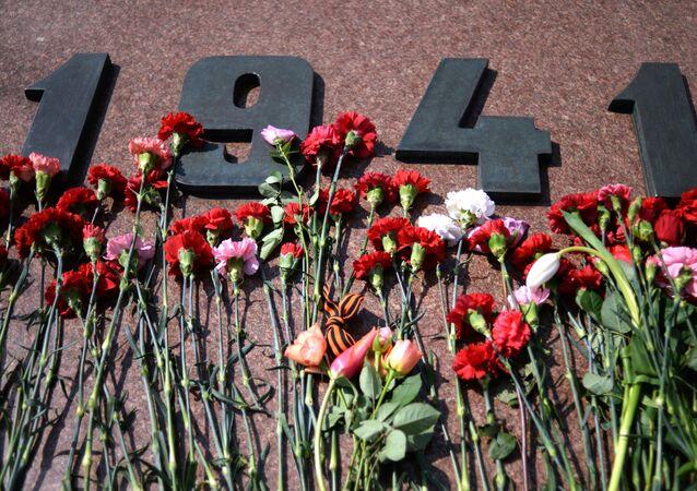 Kwiaty na pomniku poświęconym 71. rocznicy Zwycięstwa w Wielkiej Wojnie Ojczyźnianej na Pokłonnej Górze w Moskwie