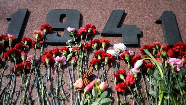 Kwiaty na pomniku poświęconym 71. rocznicy Zwycięstwa w Wielkiej Wojnie Ojczyźnianej na Pokłonnej Górze w Moskwie - Sputnik Polska
