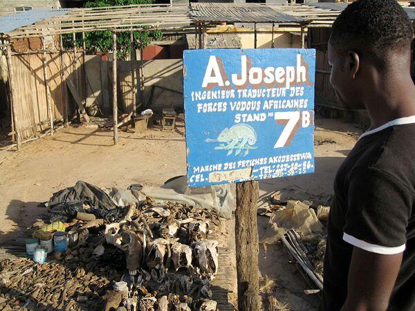 Uzdrowiciel stoi przed swoimi towarami na targowisku medycyny tradycyjnej w Lomé. - Sputnik Polska
