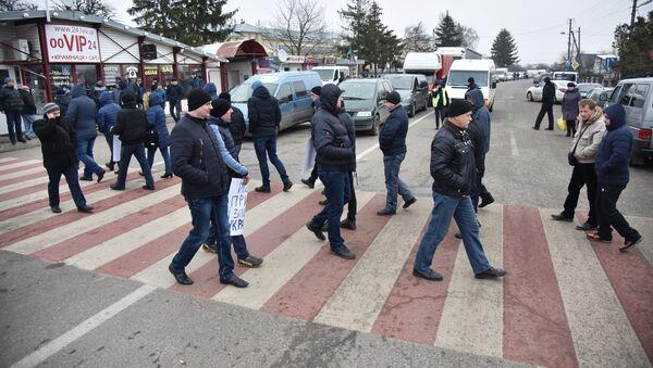 Kilkadziesiąt osób zablokowało dojazd do przejścia granicznego Szeginie na polsko-ukraińskiej granicy - Sputnik Polska