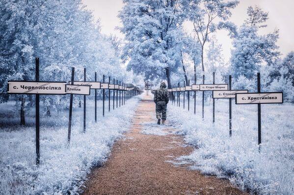 Monumentalna ścieżka z nazwami ewakuowanych wiosek po bokach. - Sputnik Polska