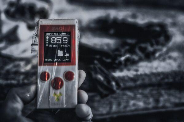 Dozymetr, który pokazuje zawyżony poziom promieniowania. - Sputnik Polska
