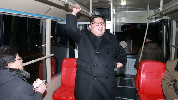 Kim Dzong Un w trolejbusie - Sputnik Polska