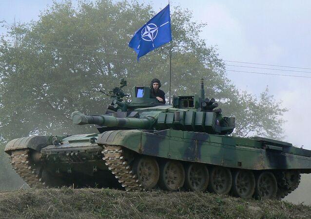 Czołg T-72M4 czeskiej armii z flagą NATO