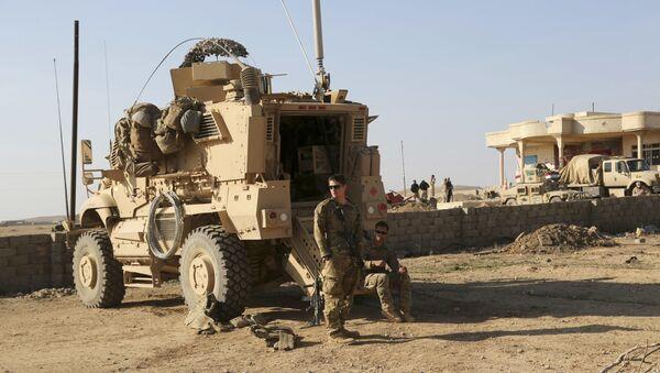 Amerykańscy wojskowi obok transporteru opancerzonego w Iraku - Sputnik Polska