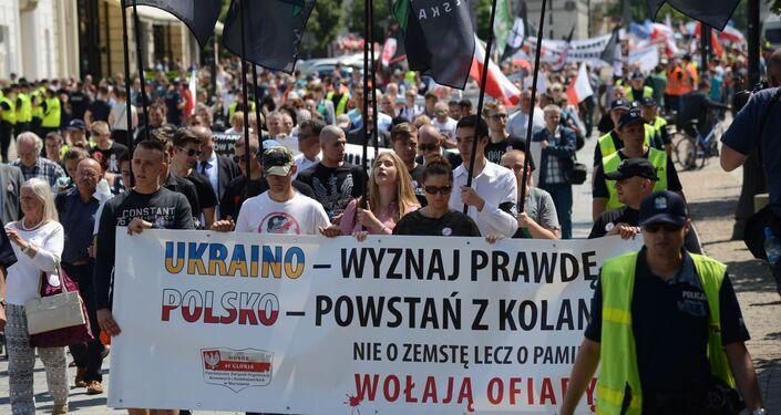 Uczestnicy w czasie akcji pamięci ofiar Rzezi Wołyńskiej w Warszawie