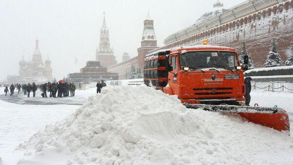 Odśnieżarka służb komunalnych w czasie usuwania skutków śnieżycy na Placu Czerwonym - Sputnik Polska