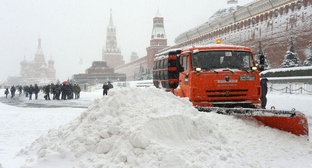Odśnieżarka służb komunalnych w czasie usuwania skutków śnieżycy na Placu Czerwonym