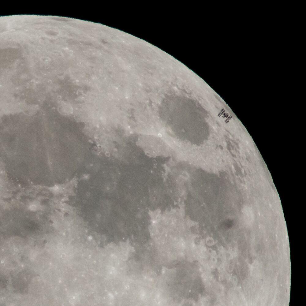 MSK na tle Księżyca