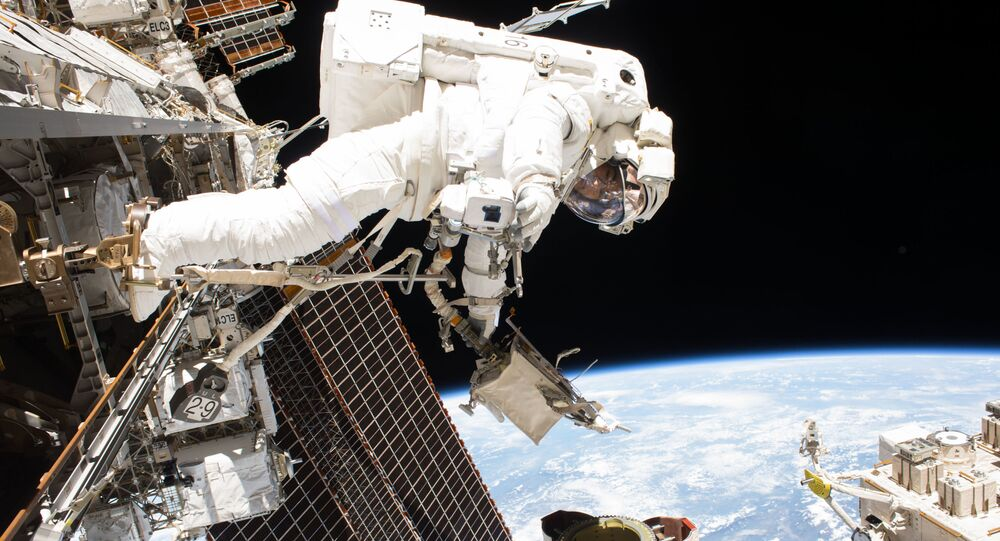Wyjście w odkryty kosmos (na zdjęciu astronauta Mark T. Vande Hei)