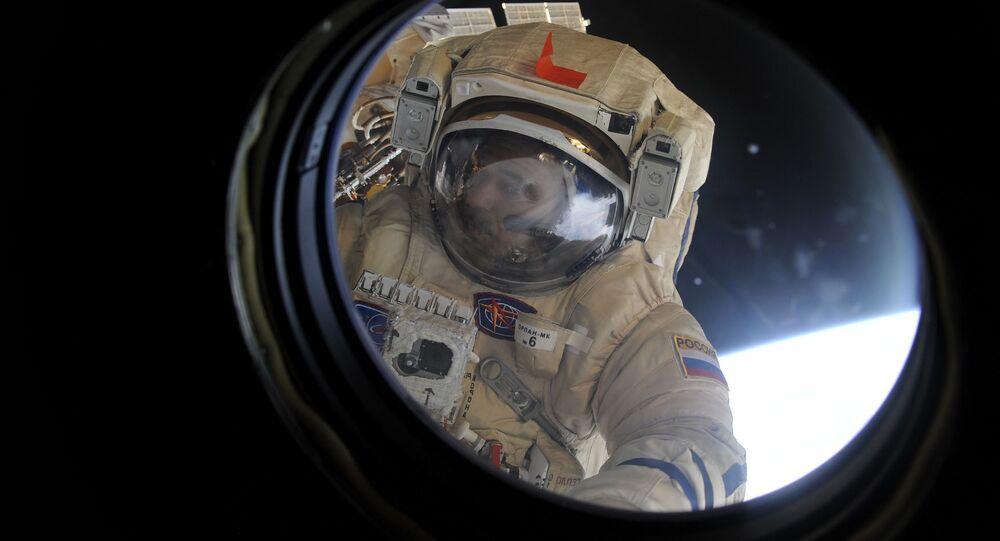 Kosmonauta Michaił Kornijenko wypełnia zadanie oczyszczenia modułu obserwacyjnego MSK