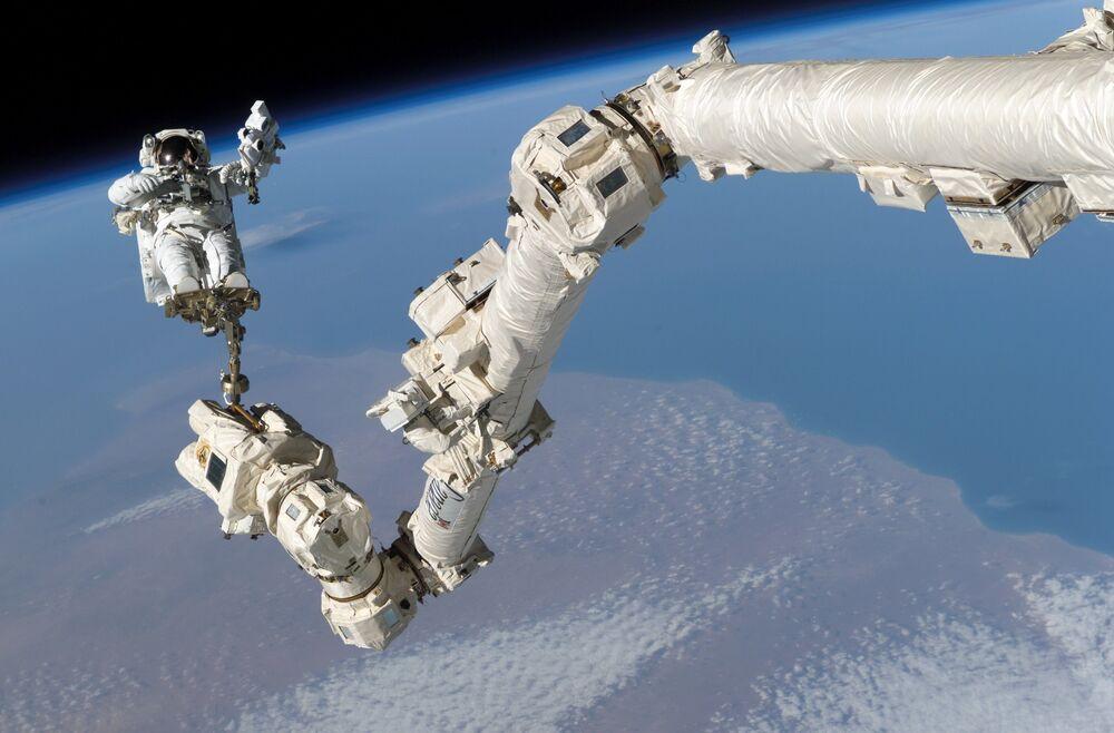 Astronauta Stephen Robinson w odkrytym kosmosie