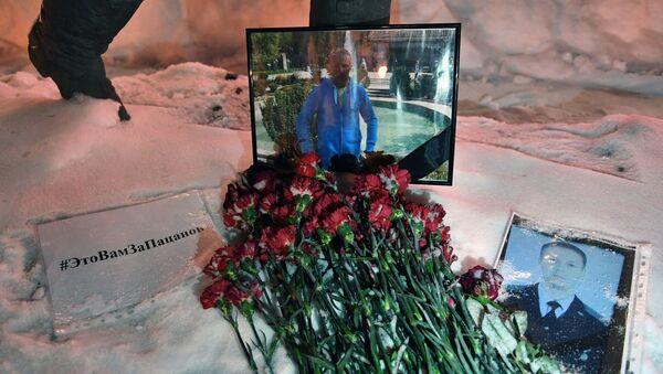 Kwiaty na pamięć o poległym pilocie Romanie Filipowowie przed budynkiem Ministerstwa Obrony Rosji - Sputnik Polska