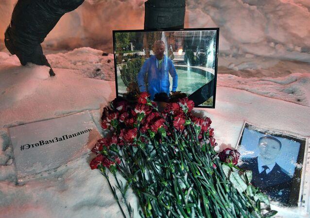 Kwiaty na pamięć o poległym pilocie Romanie Filipowowie przed budynkiem Ministerstwa Obrony Rosji