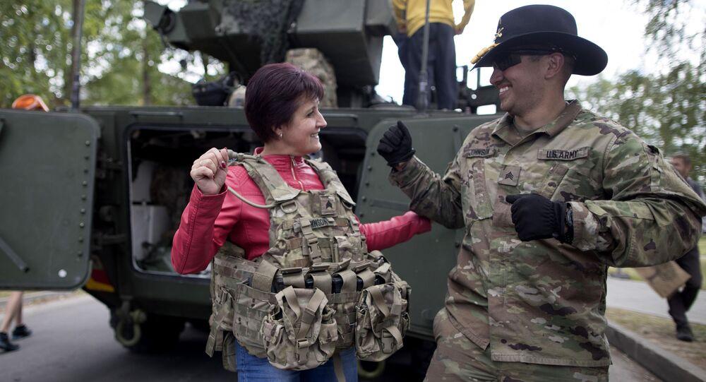 Amerykański wojskowy z lokalną mieszkanką w czasie ćwiczeń Dragoon Ride II na Litwie