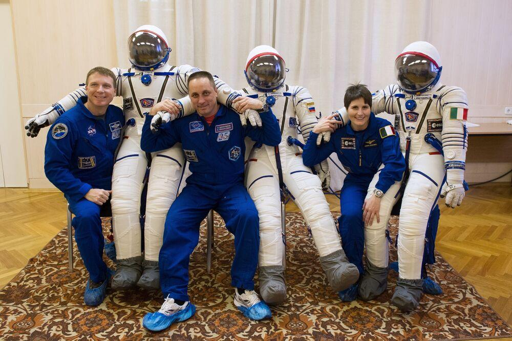 Astronauta NASA Terry Virts (USA),  kosmonauta Roskosmosu Anton Szkaplerow (Rosja) i astronautka  ESA Samanthy Cristoforetti (Włochy) podczas przymiarki skafandrów