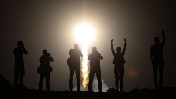 Ludzie obserwują start rosyjskiej rakiety nośnej Sojuz-FG wynoszącej załogowy statek Sojuz TMA-3 z kosmodromu Bajkonur - Sputnik Polska